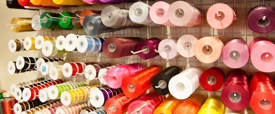 Kolorowe taśmy pasmanteryjne wszpulach